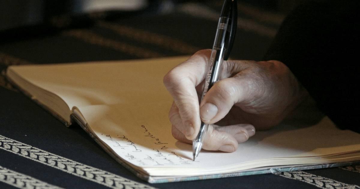 Hand beim Testamentschreiben. Vorsorgeplattformen: Wie helfen sie bei der Vorsorge für den letzten Willen?