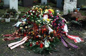 Digitale Trauerkultur: Analoger Grabschmuck wird ergänzt durch andere Trauer-Insignien