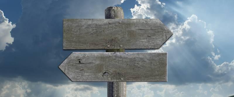 Beitragsgrafik: Unbeschriftete Wegweiser vor Himmel mit Wolken