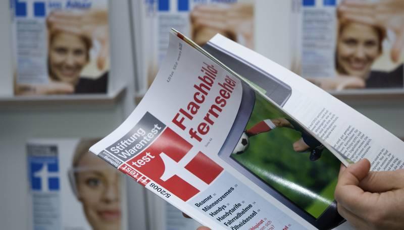 Foto: Leser blättert in ein Test-Heft